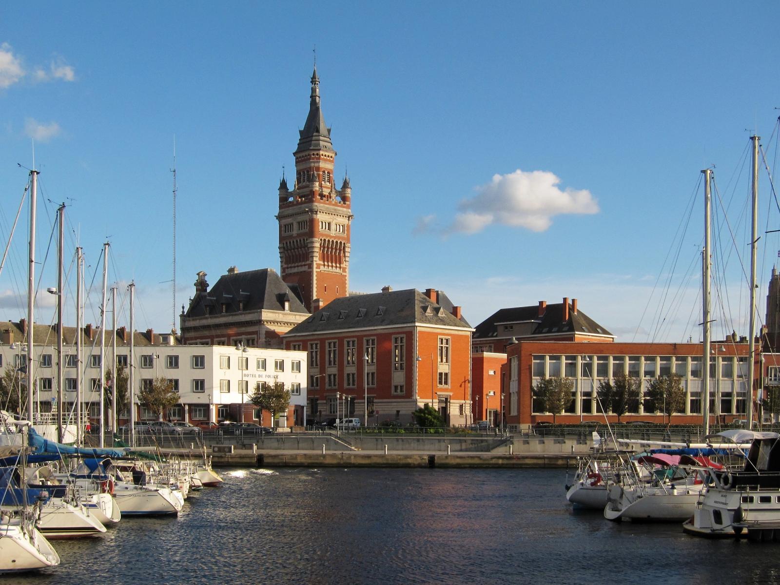 Dunkerque : hôtel de ville vu du port